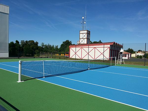 lu on les courts de tennis ext rieurs ouverts. Black Bedroom Furniture Sets. Home Design Ideas